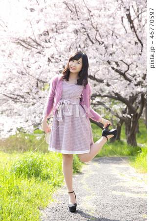 若い女性と桜 46770597