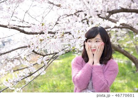 若い女性と桜 46770601