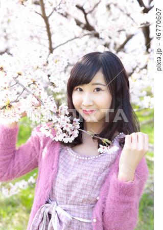 若い女性と桜 46770607