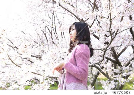 若い女性と桜 46770608