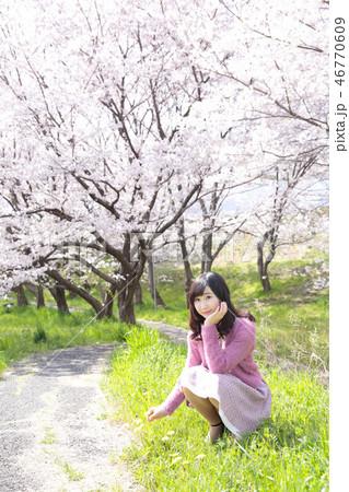 若い女性と桜 46770609