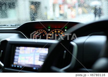 車の雨宿り 46780116