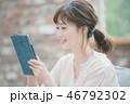 タブレット 女性 操作の写真 46792302