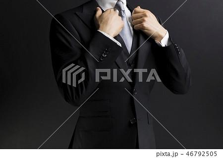 スーツ姿の男性 46792505