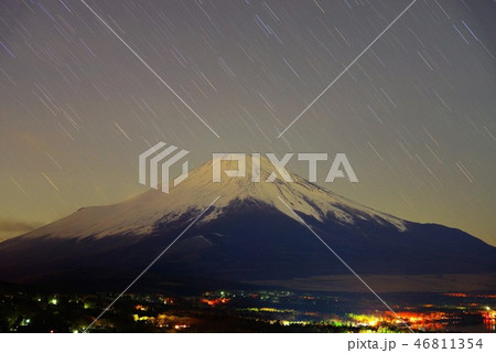 三国峠パノラマ台から望む深夜の富士山 46811354
