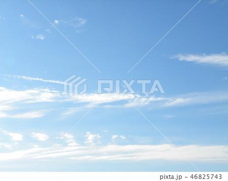 稲毛海岸の青空と白い雲 46825743