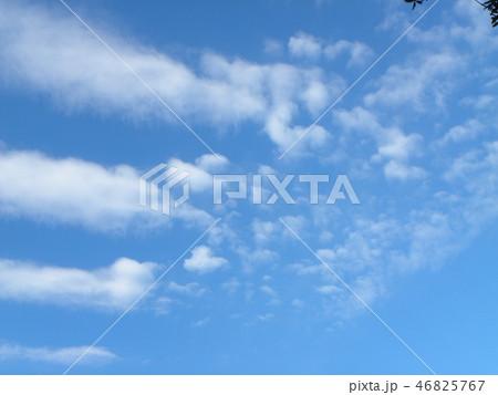 稲毛海岸の青空と白い雲 46825767