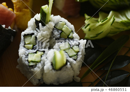 巻きずし きゅうり かっぱ巻き カッパ巻き キュウリ 寿司 逆巻き コメ シャリ 飾り 46860551