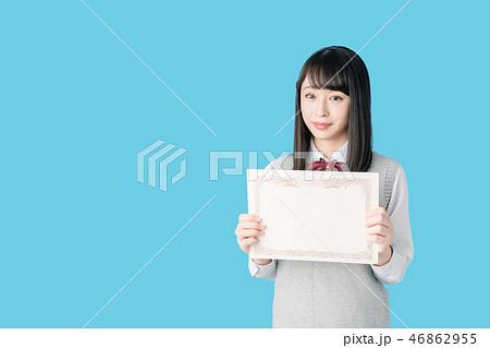賞状を持つ女子高生 46862955
