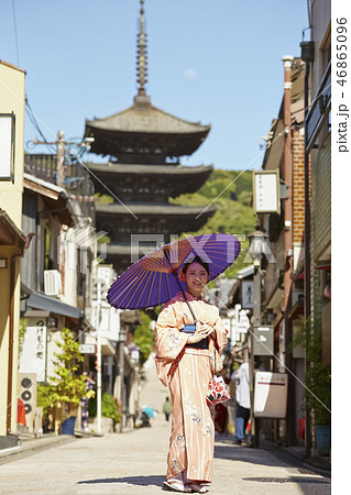 五重塔を背景に立つ着物姿の女性 46865096