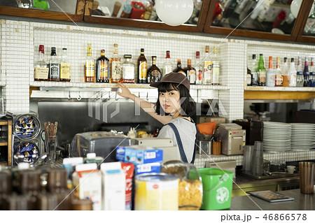 カフェで働く女性 46866578