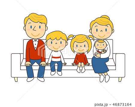 46873164 ソファーでくつろぐ外国人の5人家族 イラスト みやもとかずみ