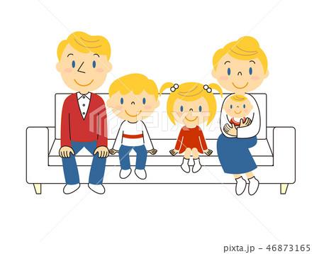 46873165 ソファーでくつろぐ外国人の5人家族 イラスト みやもとかずみ