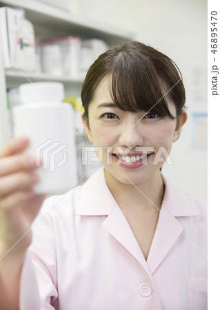 調剤 薬剤師 医療イメージ 薬の容器を持つ薬剤師女性 46895470