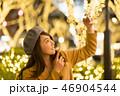 東京・表参道・クリスマス・クリスマスイルミネーション・自撮りをする女性 46904544