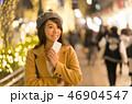 東京・表参道・クリスマス・クリスマスイルミネーション・待ち合わせをする女性 46904547