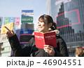 東京・渋谷・観光イメージ・ガイドブックを見ながら指差し 46904551