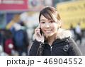 東京・渋谷・スクランブル交差点・女性・スマホで会話 46904552