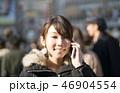 東京・渋谷・スクランブル交差点・女性・スマホで会話 46904554
