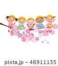 幼稚園の子供達が桜に座っている 46911135