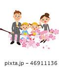 幼稚園と親子が桜に座っている 46911136