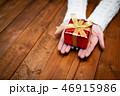 プレゼントを持つ女性の手 46915986