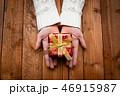 プレゼントを持つ女性の手 46915987