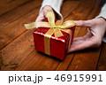 プレゼントを持つ女性の手 46915991