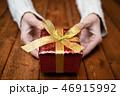 プレゼントを持つ女性の手 46915992