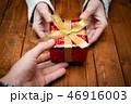 プレゼントを渡す男女の手 46916003