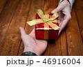 プレゼントを渡す男女の手 46916004