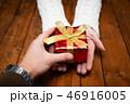 プレゼントを渡す男女の手 46916005