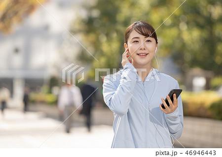 ジョギング 若い女性 都会 ランニング スポーツイメージ 46946443