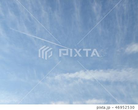 稲毛海岸の空に飛行機雲の白い筋 46952530
