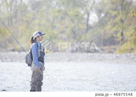 釣りをする女性 46975548