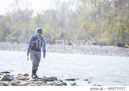 釣りをする女性 46975557