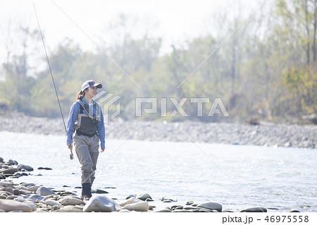 釣りをする女性 46975558