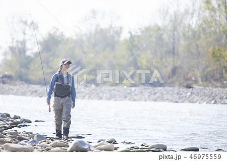 釣りをする女性 46975559