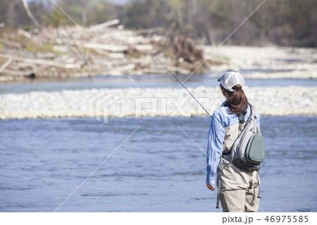 釣りをする女性 46975585