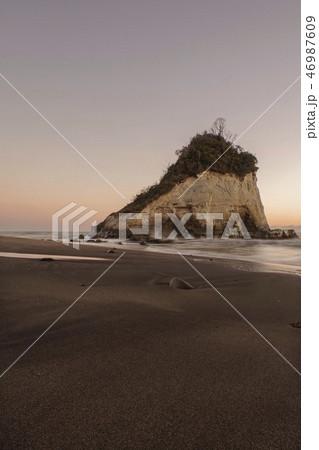 淡い早朝の雀島・夫婦岩(千葉県・1月) 46987609