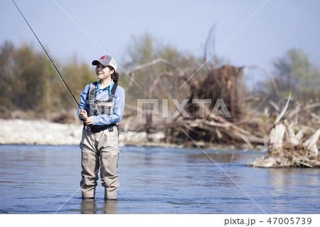 釣りをする女性 47005739