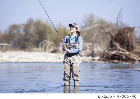 釣りをする女性 47005740