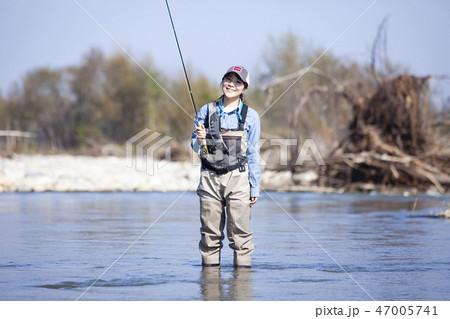 釣りをする女性 47005741