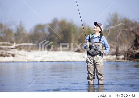 釣りをする女性 47005743