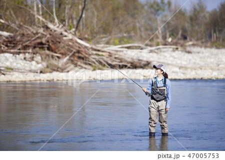 釣りをする女性 47005753