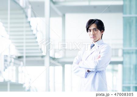 白衣の若い男性 47008305
