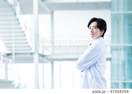 白衣の若い男性 47008308