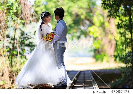 トロピカルな線路上で愛を語らうカップル 47009478