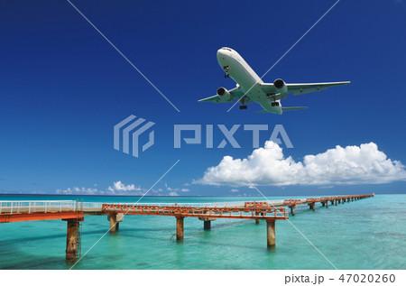 着陸する飛行機と青い海-下地島空港RW17エンド 47020260