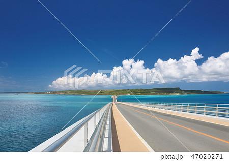 宮古島と伊良部島を結ぶ伊良部大橋 47020271